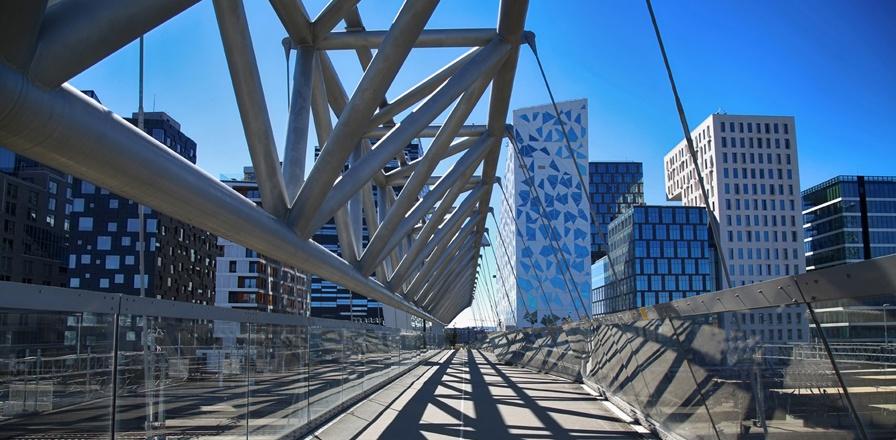 Oslo-stålbro-med-bar-code-i-bakgrunn-og-blå-himmel.jpg
